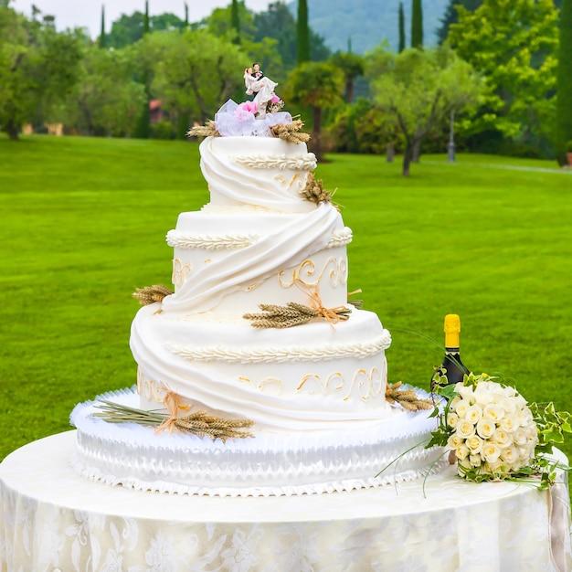 ウエディングケーキ Premium写真