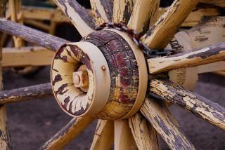 Окрашены в желтый цвет колесо от телеги Бесплатные Фотографии