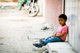 Грустный мальчик ждал снаружи Бесплатные Фотографии