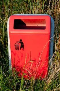 公園内のゴミ箱 無料写真