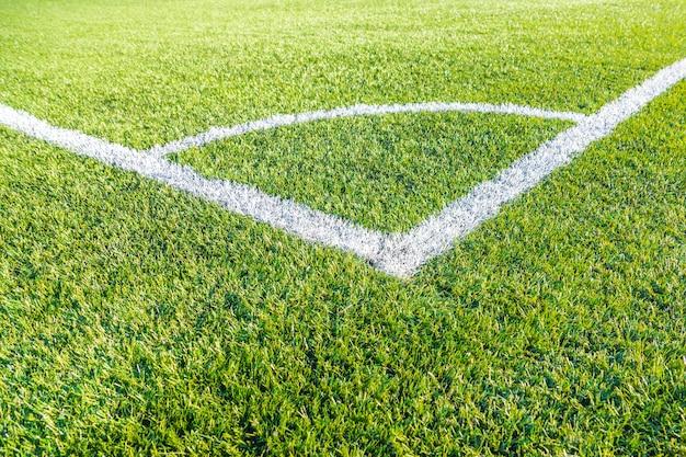 Угловое футбольное поле на зеленой искусственной траве Premium Фотографии