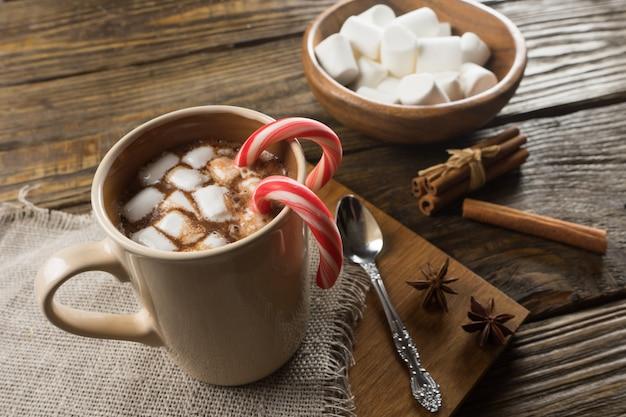 Горячий шоколад, зефир и корица на деревенском столе Premium Фотографии