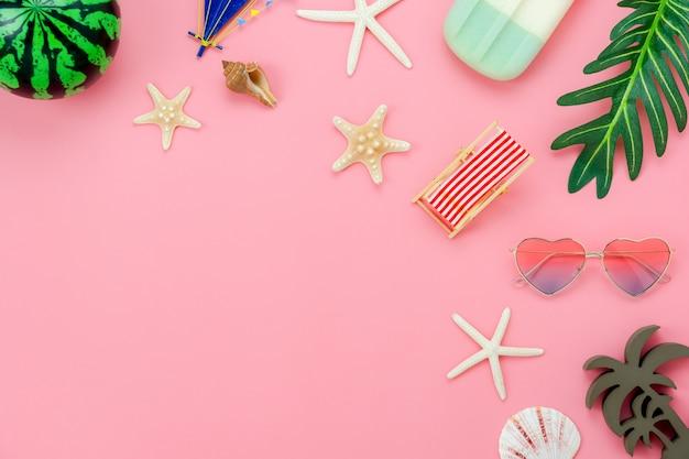 夏休みのためのアイテムのテーブルトップビュー航空写真 Premium写真