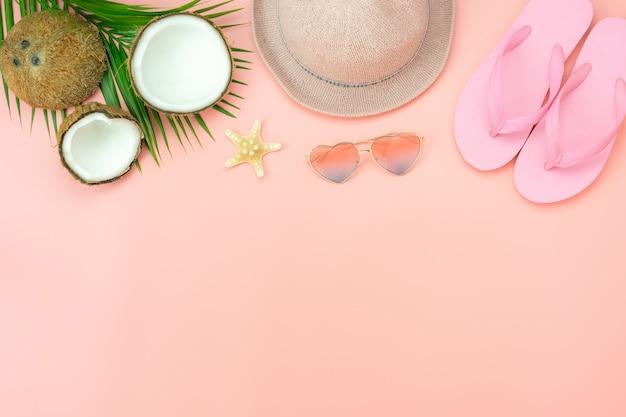 Настольный вид аксессуаров одежды женщины планируют путешествовать на фоне летнего отдыха Premium Фотографии