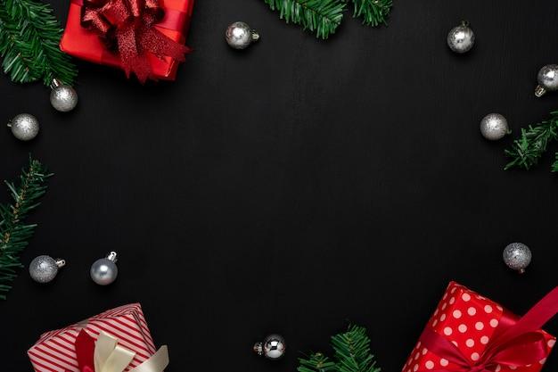 メリークリスマスの装飾。現代の黒い紙にフラットレイアウトの本質的な違いオブジェクトギフトボックス&モミの木 Premium写真