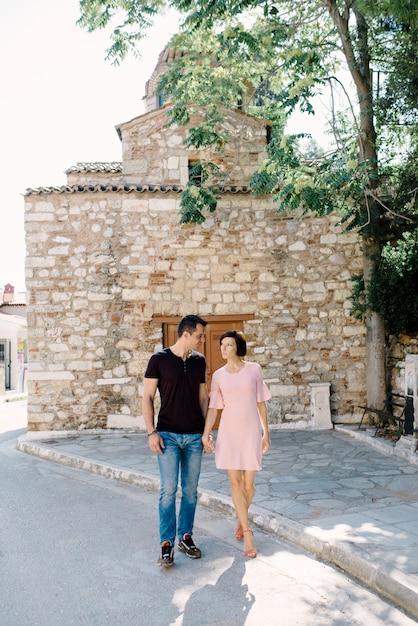 屋外散歩に行く美しい愛情のあるカップル Premium写真