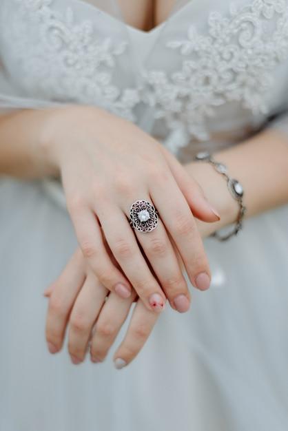 Женские руки с кольцом крупным планом Premium Фотографии