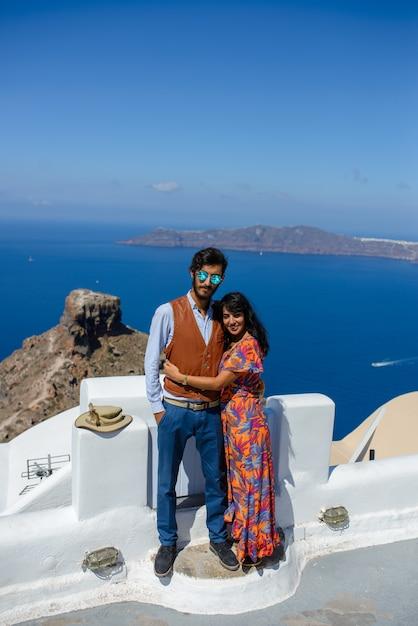 Мужчина и женщина обнимаются на фоне моря. деревня имеровигли. он этнический цыган. она израильтянка. Premium Фотографии