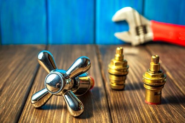 青い木製とビンテージ背景に配管用品とツール。 Premium写真