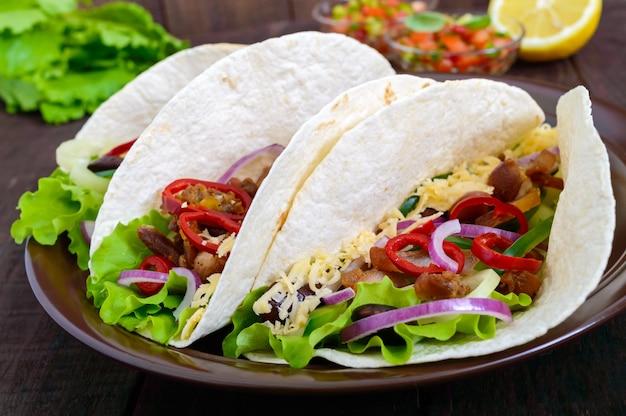 タコスは伝統的なメキシコ料理です Premium写真