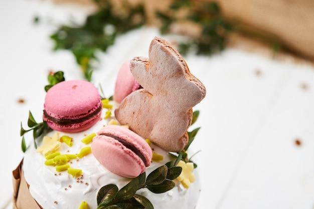 Пасхальный заяц торт на белом фоне деревянные, традиционный кулич, паска готова к празднованию Premium Фотографии