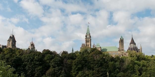 議会ビル、国会議事堂、オタワ、オンタリオ州、カナダの低角度の景色 Premium写真