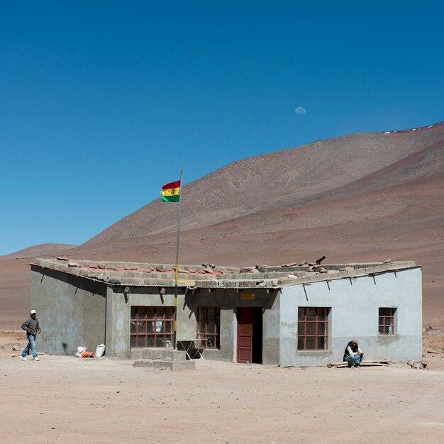 ボリビアの国旗、ロス・フラメンコス国立保護区、サンペドロ・デ・アタカマ、エルロア県、アント Premium写真