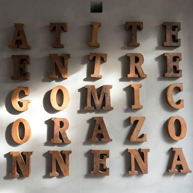 壁にアルファベット文字、サンミゲルデアジェンデ、グアナフアト、メキシコ Premium写真