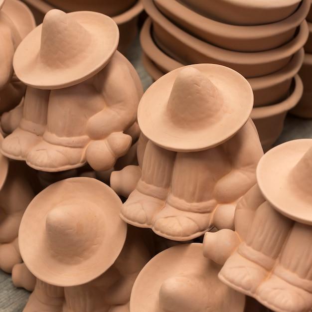 マーケット・ストール、サン・アグスティン、ドロレス・ヒダルゴ、グアナフアト、メキシコでの人形のクローズアップ Premium写真