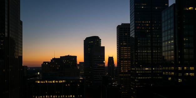 ミネソタ、ヘネピン郡ダウンタウンのミネアポリスダウンタウンにある夕暮れの現代オフィスビル Premium写真