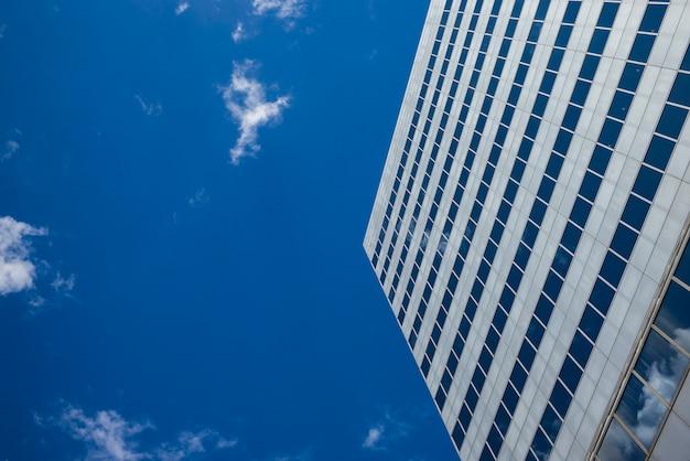 空、ミネアポリス、ヘネピン郡、ミネソタ、米国に対する近代的なオフィスビルの低角度のビュー Premium写真