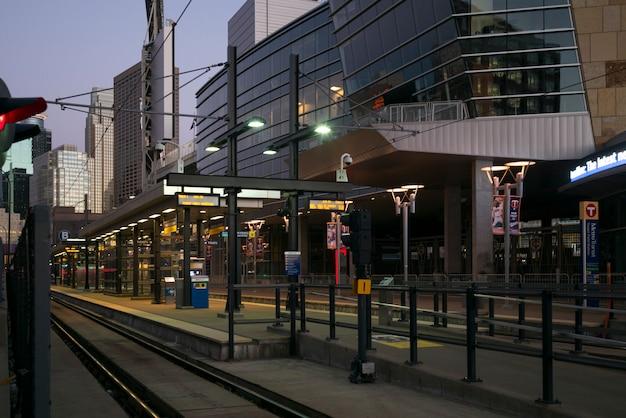 ミネアポリス、ダウンタウン、ミネアポリス、ヘネピン郡、ミシガン州の近代的なオフィスビルの中で鉄道駅のプラットフォーム Premium写真
