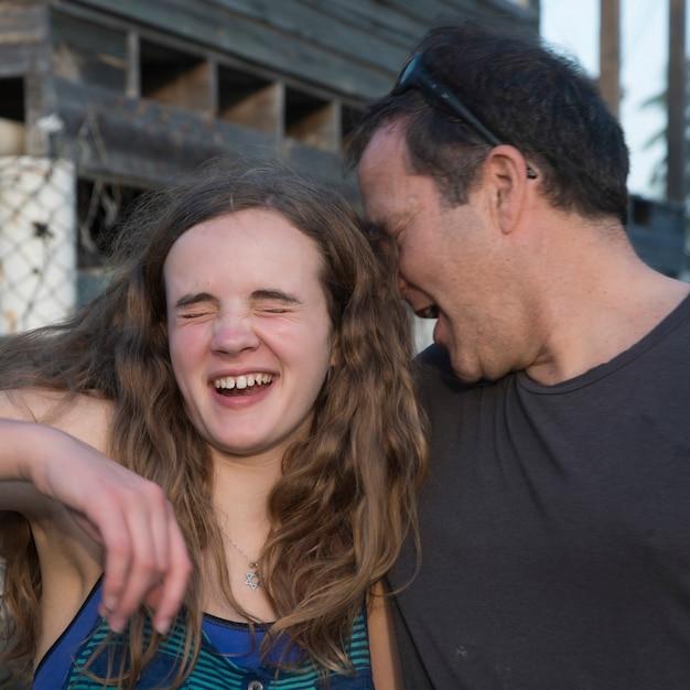 Человек со своей дочерью, кайман кей, остров утила, острова бэй, гондурас Premium Фотографии