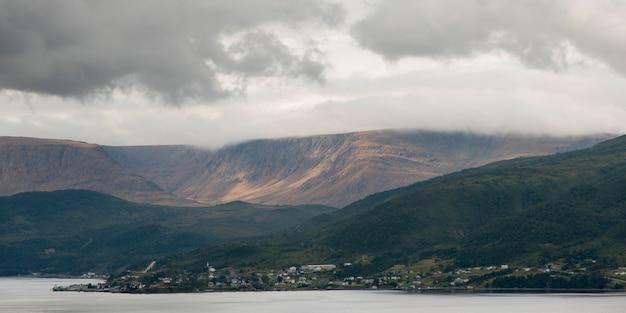 海岸沿いの町、ボンベイ、ノリス・ポイント、グロス・モーン国立公園、ニューファンドランド・ラブラドール、 Premium写真