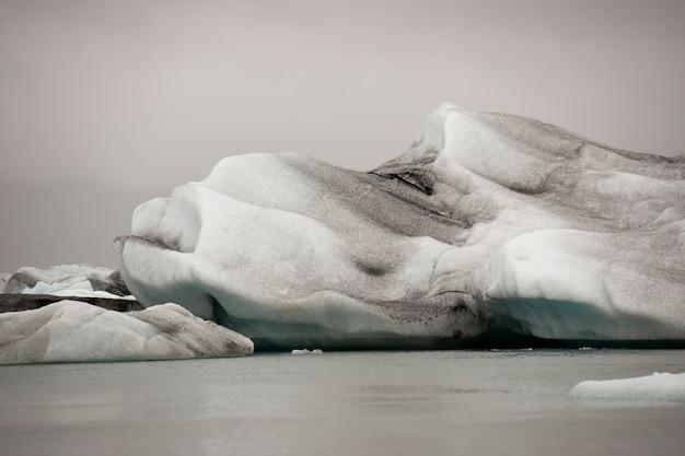 氷河の湖の凍った青い氷山 Premium写真