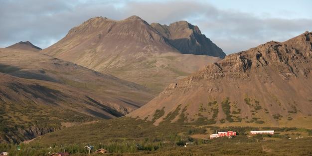 農場と農地を横切る雄大な山々 Premium写真
