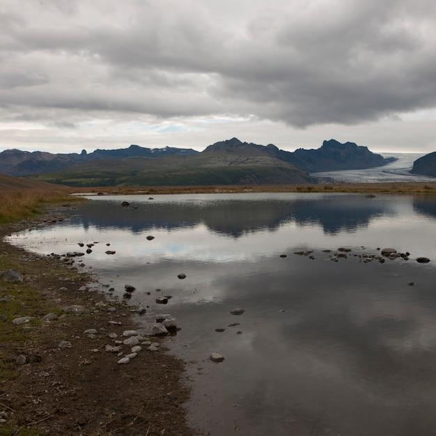 氷河の湖、山と氷河のロッキーな海岸線 Premium写真