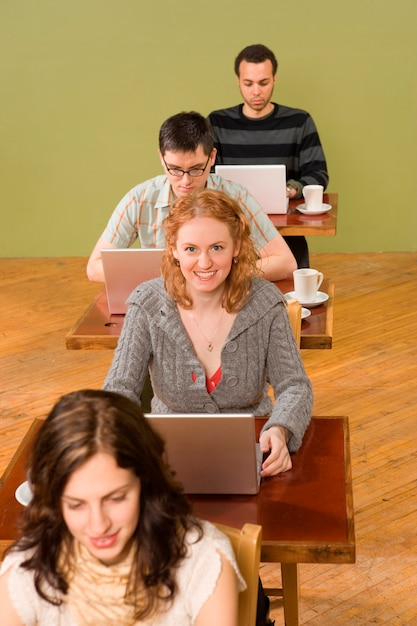 女性はラップトップに興奮して Premium写真