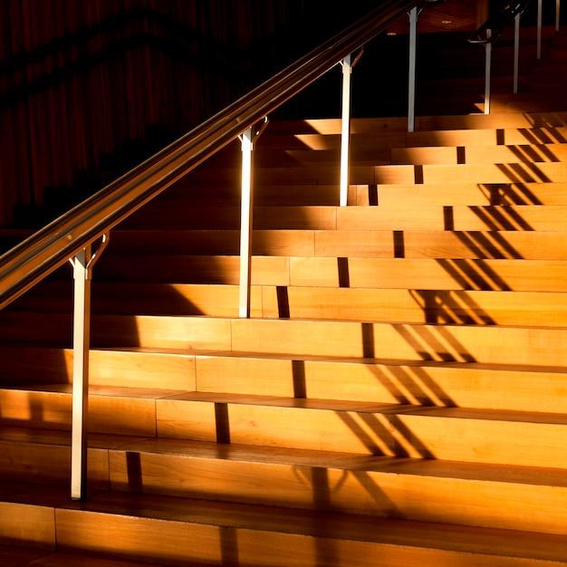 Солнечный свет на лестнице осло осло, осло, норвегия Premium Фотографии
