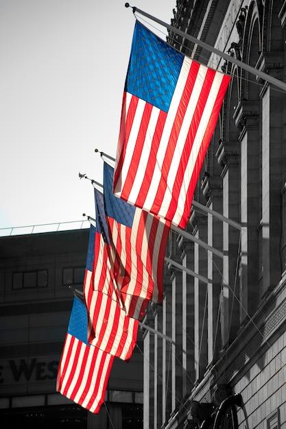 Американские флаги на здании в бостоне, штат массачусетс, сша Premium Фотографии