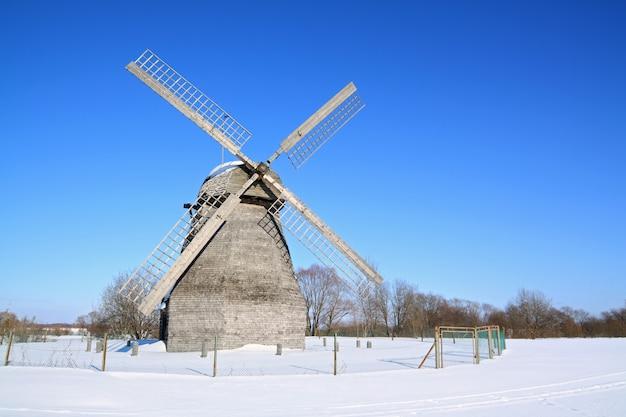 冬の畑の風車の老化 Premium写真