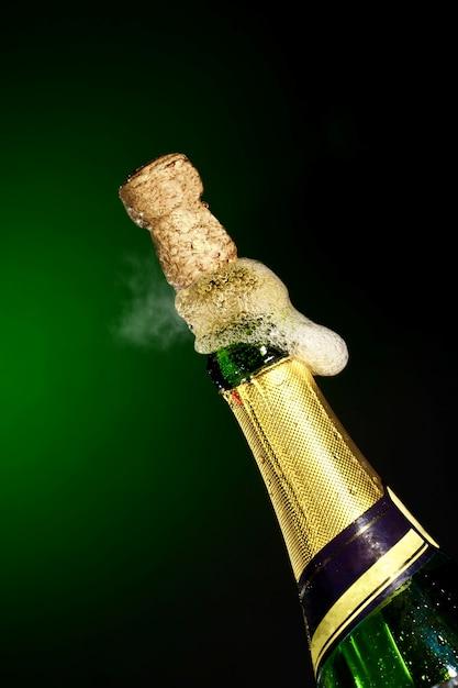 Открытие бутылки шампанского для празднования Premium Фотографии