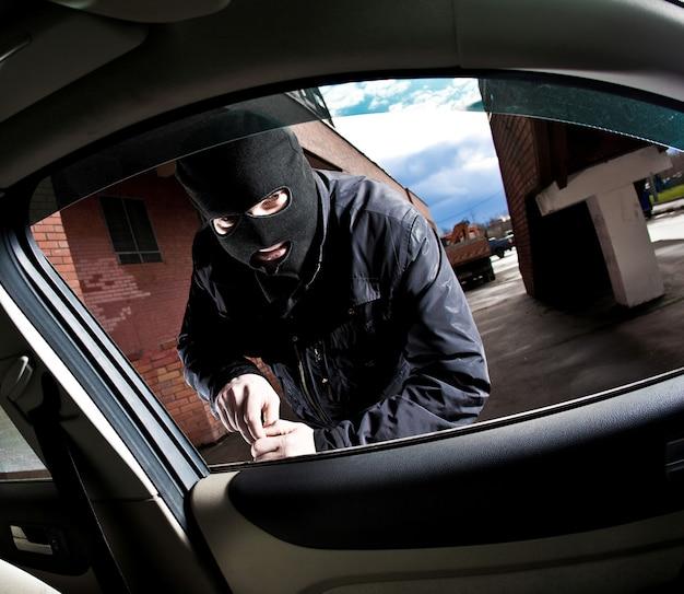 強盗と泥棒が車を乗っ取る Premium写真