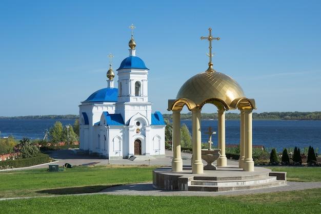 ロシア、ヴィンノフカの村にあるカザン修道院の神聖な男 Premium写真