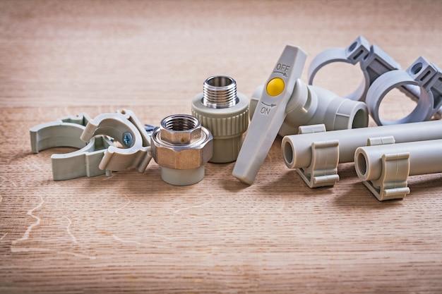 木の板のクリップが付いているコネクターの水弁のポリプロピレンの据え付け品そして管 Premium写真