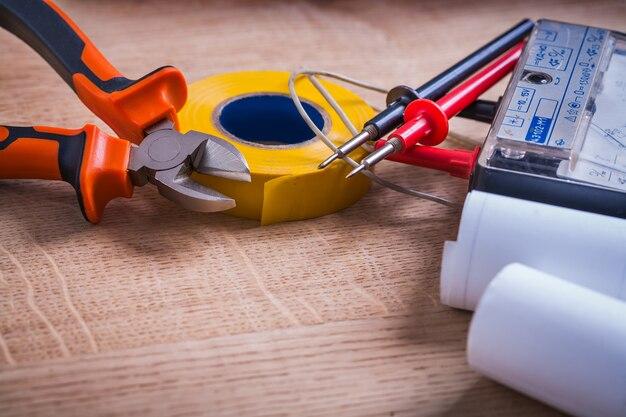 ニッパーロールの絶縁テープマルチメーター設計図の木製ボード Premium写真
