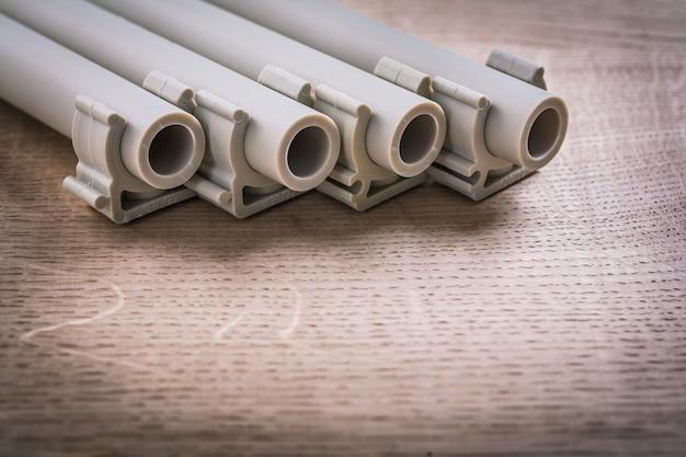 木の板のクリップ付きポリプロピレンパイプ Premium写真