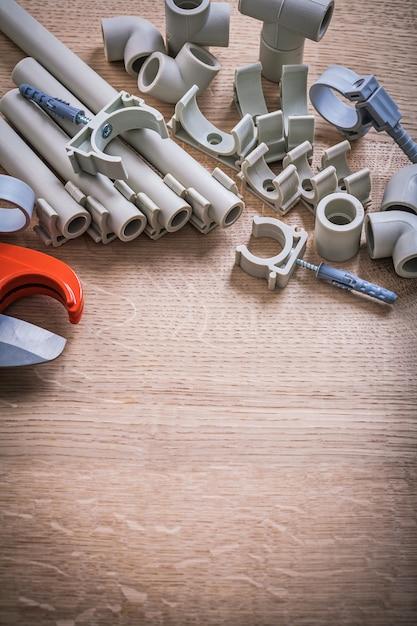 垂直バージョンの大きなセットポリプロピレン固定具とパイプクリップ付きパイプ木の板 Premium写真