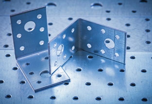穴あき金属シート構造の概念に金属掘削アングルバー Premium写真