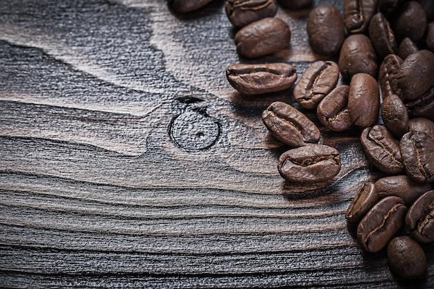 Кофейные зерна на винтажной деревянной доске еды и питья концепции Premium Фотографии
