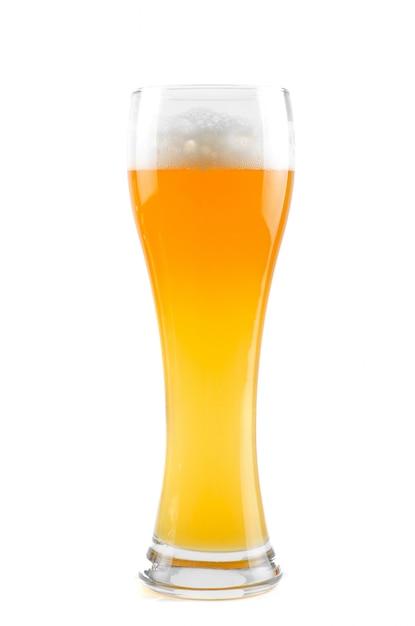 Стакан пива, изолированный на белом фоне Premium Фотографии