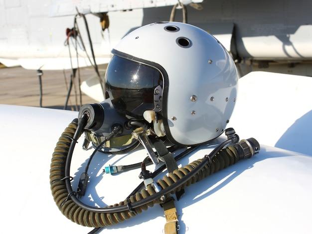 Защитный шлем пилота от самолета с кислородной маской на топливном баке Premium Фотографии