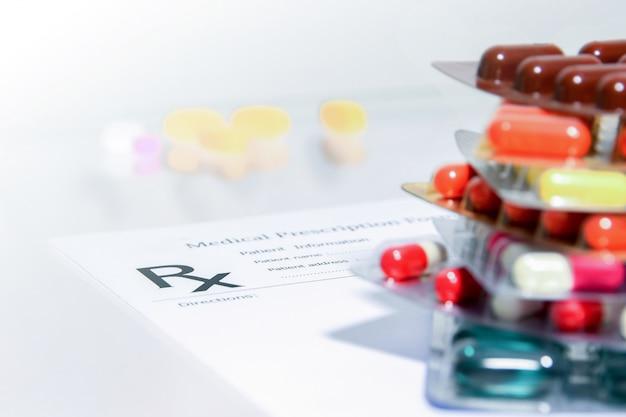 Крупным планом рецепт медицинской вещи формы и таблетки и капсулы Premium Фотографии