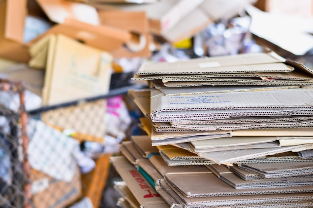 紙詰めと段ボール段ボール紙をゴミの分別にリサイクルする準備ができて Premium写真