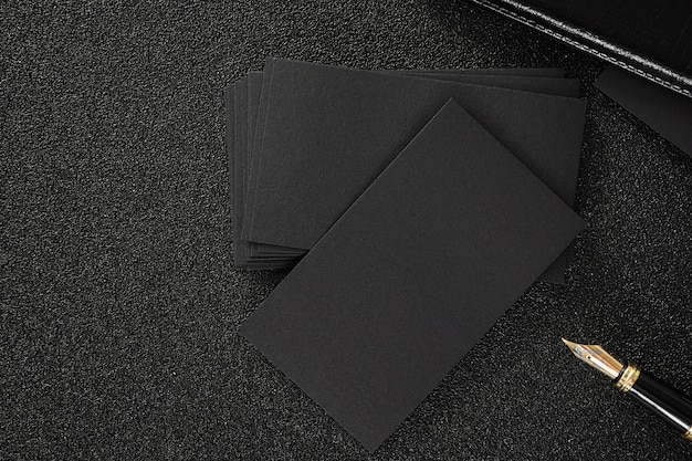 空の黒の名刺は、私たちの連絡先のデザインのテンプルテを使用するために黒の背景をモックアップ Premium写真