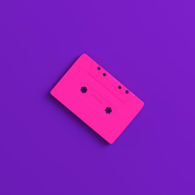 Чашка аудиокассеты на фиолетовой предпосылке. концепция минимализма Premium Фотографии