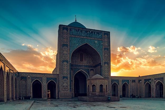 日没、ブハラ、ウズベキスタンでカリヤンモスクの中庭 Premium写真