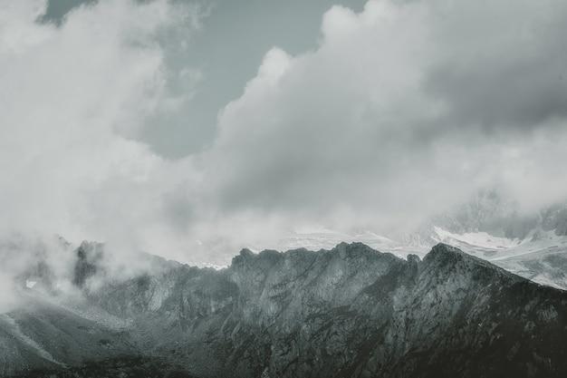 灰色の山の風景 無料写真