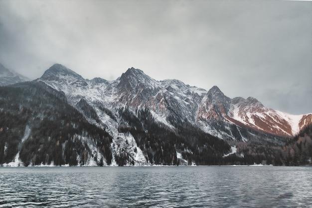Водоем через гору Бесплатные Фотографии