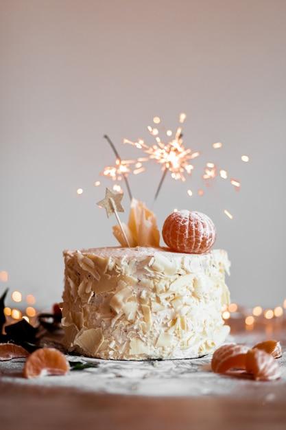 点灯している輝く棒でケーキ 無料写真